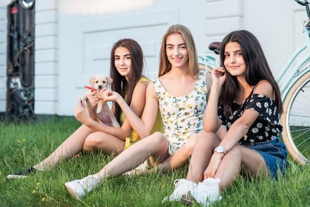 Groupe de meilleurs amis avec chien mignon Photo gratuit