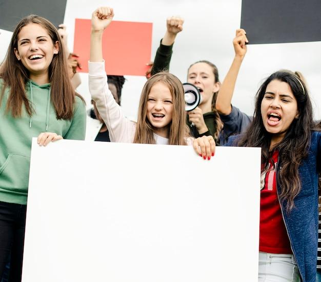 Un groupe de militantes en colère proteste Photo Premium