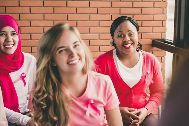 Groupe multiethnique de femmes réunies pour une campagne de sensibilisation au cancer du sein Photo Premium