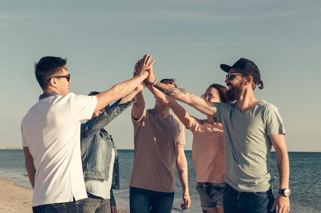 Groupe multiracial d'amis avec les mains sur la pile Photo Premium