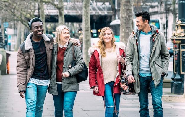 Groupe Multiracial D'amis Millénaires Marchant Au Centre-ville De Londres Photo Premium