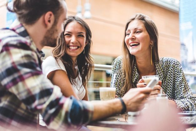 Groupe multiracial d'amis prenant un café ensemble Photo Premium