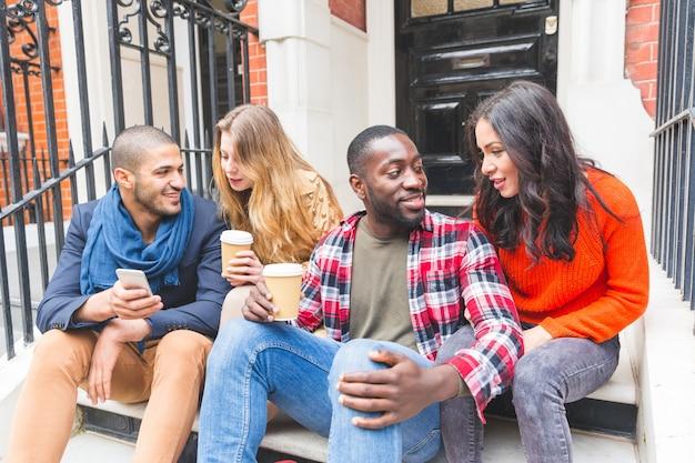 Groupe multiracial d'amis s'amusant ensemble à londres Photo Premium