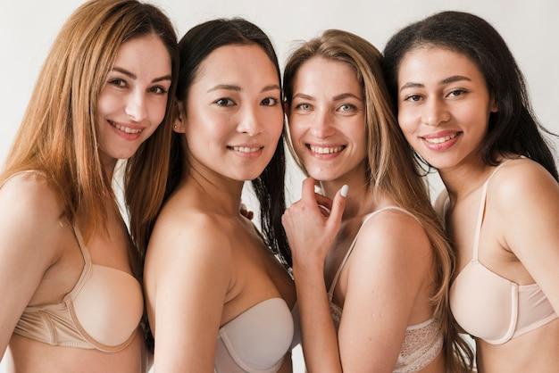 Groupe multiracial de femmes en soutien-gorge Photo gratuit