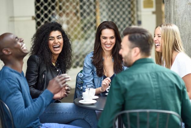 Groupe Multirracial De Cinq Amis Prenant Un Café Ensemble Photo gratuit