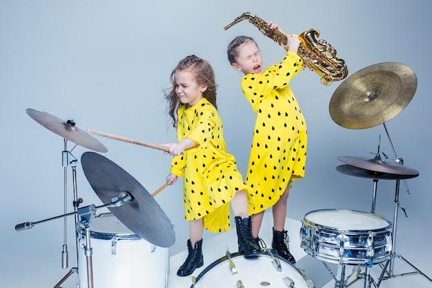 Le Groupe De Musique Adolescent Dans Un Studio D'enregistrement Photo gratuit