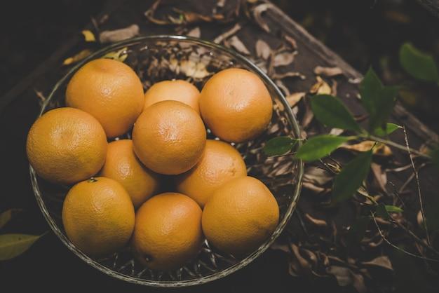 Groupe D'oranges Fraîchement Cueillies Et Section Dans Un Panier Photo gratuit