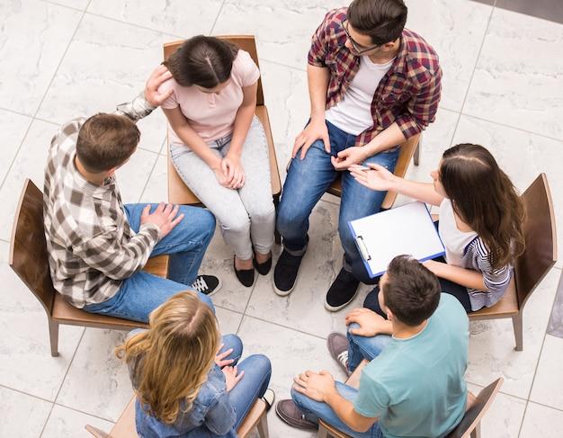 Groupe De Personnes Assises L'une Près De L'autre. Photo Premium