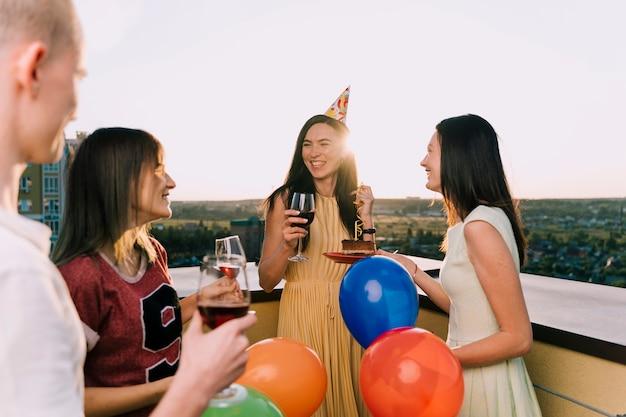 Groupe de personnes célébrant sur le toit Photo gratuit