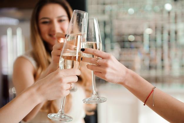Groupe de personnes avec champagne dansant à la fête Photo Premium