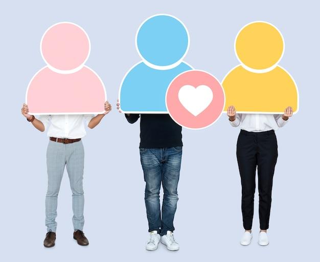 Groupe de personnes détenant des icônes d'utilisateurs colorés Photo Premium