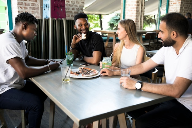 Groupe de personnes discutant à la table Photo gratuit