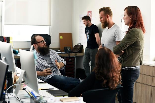 Groupe de personnes diverses assistant au cours de démarrage d'entreprise Photo Premium