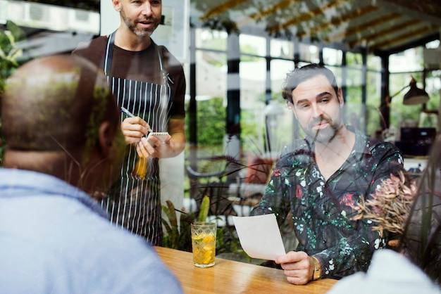 Groupe de personnes diverses au restaurant Photo Premium