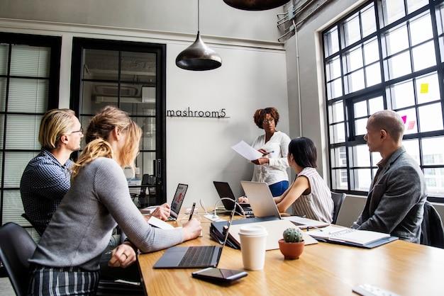 Groupe de personnes diverses ayant une réunion d'affaires Photo gratuit