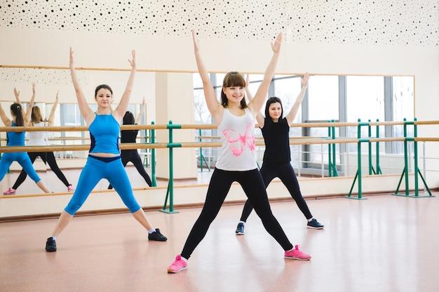 Groupe de personnes à la gym dans une classe d'étirement. Photo Premium