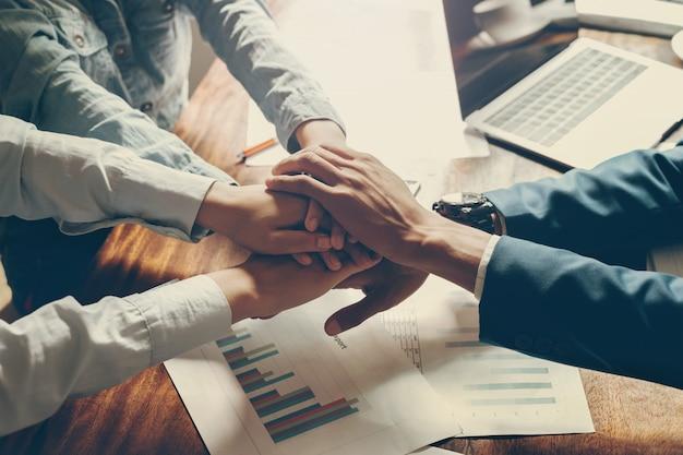 Groupe de personnes main dans la main se joindre pour former une équipe au bureau Photo Premium