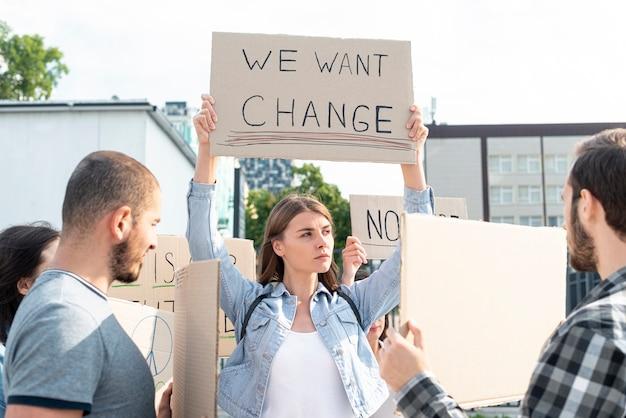 Groupe de personnes manifestant ensemble Photo gratuit