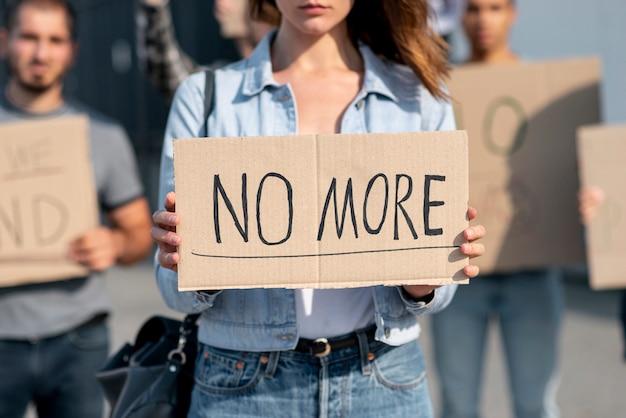 Groupe de personnes manifestant pour la paix Photo gratuit