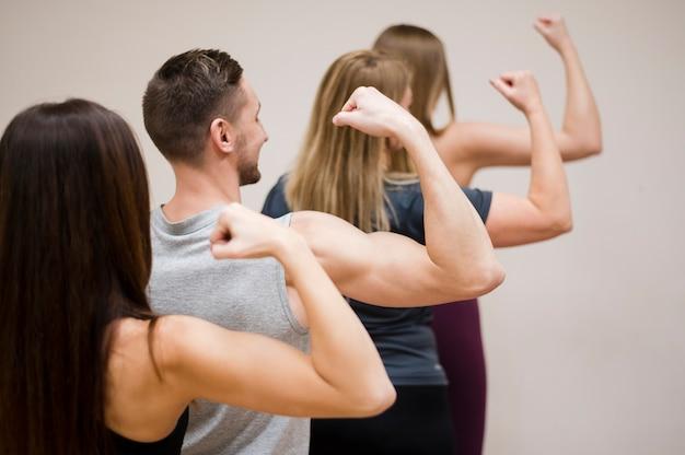 Groupe de personnes montrant leurs muscles Photo gratuit