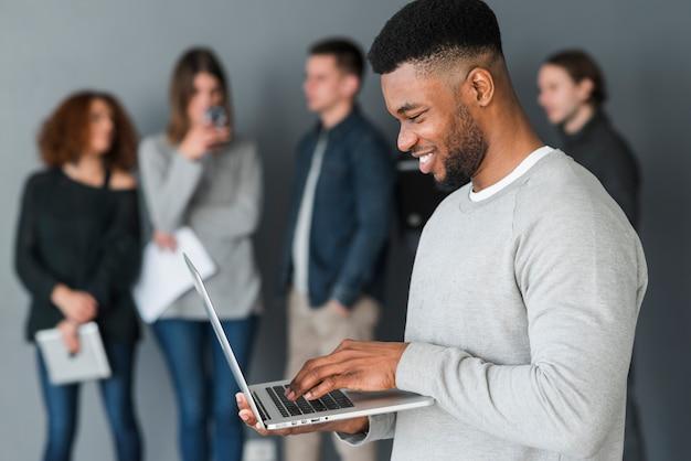 Groupe de personnes avec des ordinateurs portables Photo gratuit