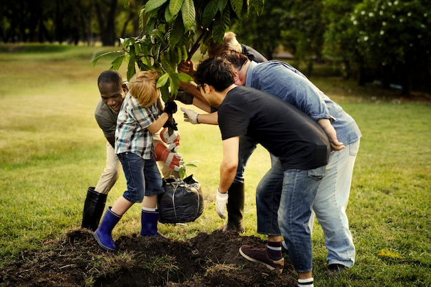 Groupe de personnes plantant un nouvel arbre Photo Premium