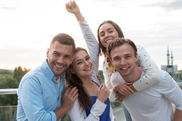 Groupe de personnes posant sur une terrasse Photo gratuit