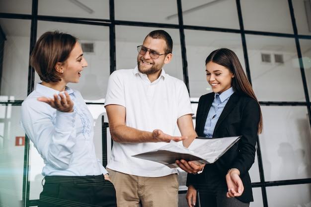 Groupe de personnes préparant un plan d'affaires dans un bureau Photo gratuit