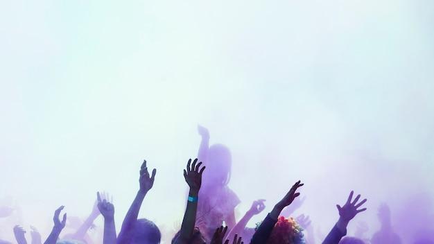 Groupe de personnes profitant de la couleur holi Photo gratuit