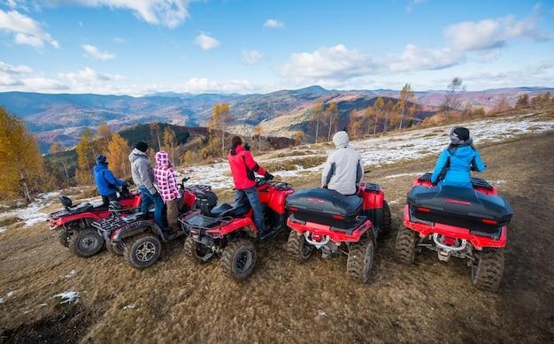 Groupe de personnes sur les quads rouges Photo Premium
