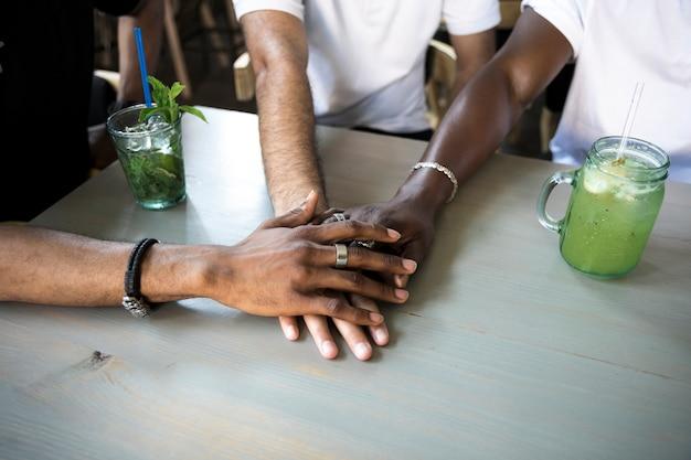 Groupe De Personnes Réunissant Leurs Mains Photo gratuit