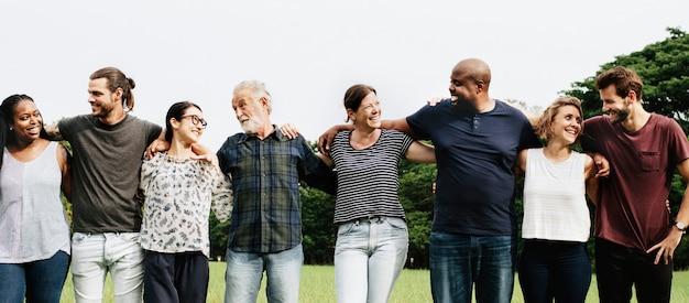 Groupe de personnes s'embrassant dans le parc Photo Premium