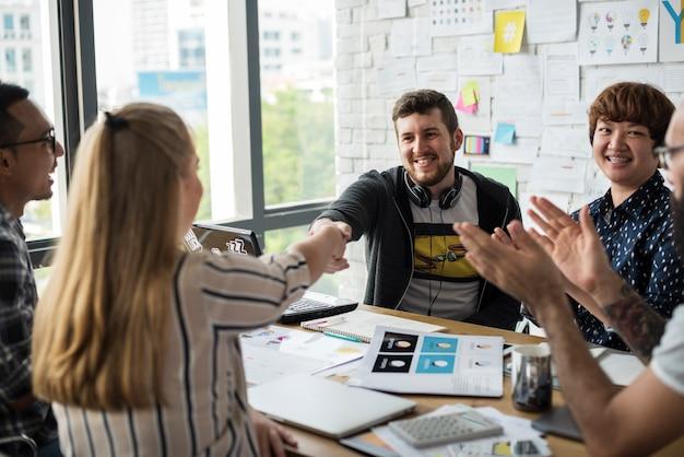 Groupe de personnes se réunissant dans la salle de brainstorming Photo Premium