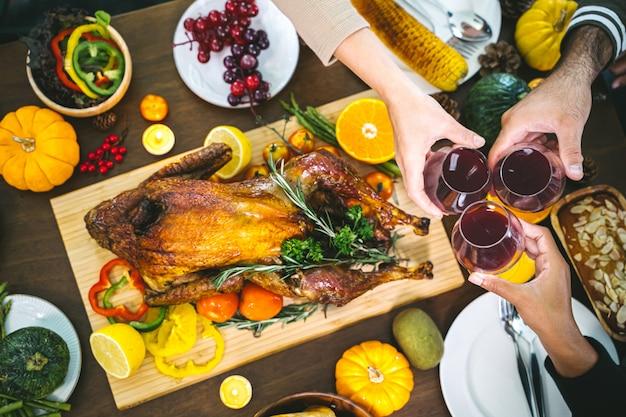 Groupe de personnes en train de dîner avec la dinde. Photo Premium