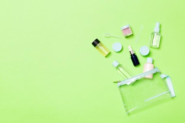 Groupe de petites bouteilles pour voyager sur le vert Photo Premium