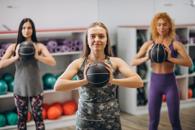 Groupe de pilates dans une salle de sport Photo gratuit