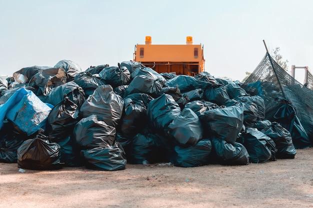 Groupe de pile de sacs à ordures dans un parc à recycler Photo Premium
