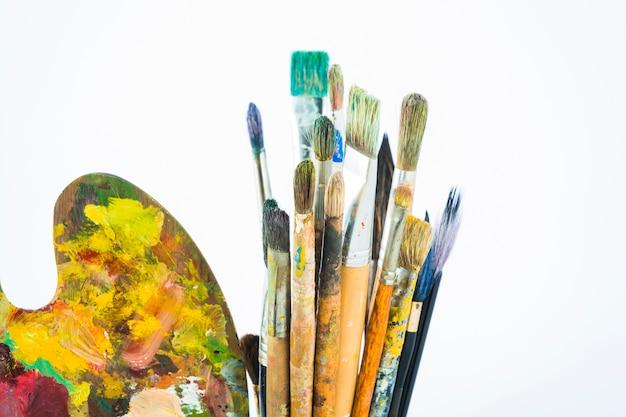 Groupe de pinceaux sales avec palette Photo gratuit