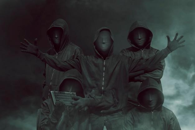 Groupe de pirate informatique avec masque dans hoodies Photo Premium