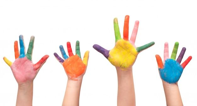Groupe de quatre mains d'enfants peints sur fond blanc. Photo Premium