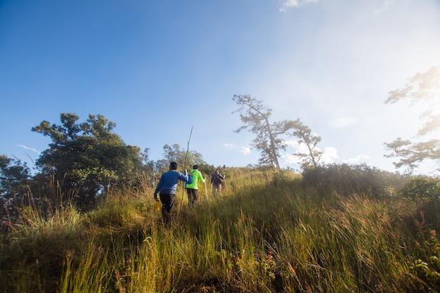 Groupe de randonnée en montagne à la journée ensoleillée. mise au point douce. Photo Premium