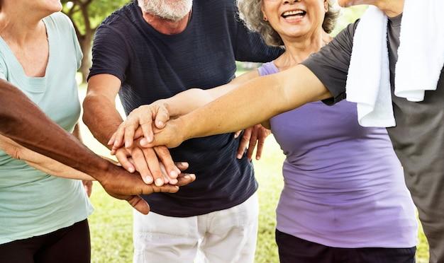 Groupe de retraite senior exercice ensemble concept de conciliation Photo Premium