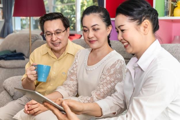 Groupe De Senior Asiatique à La Retraite à La Recherche De Tablette En Maison De Retraite. Photo Premium