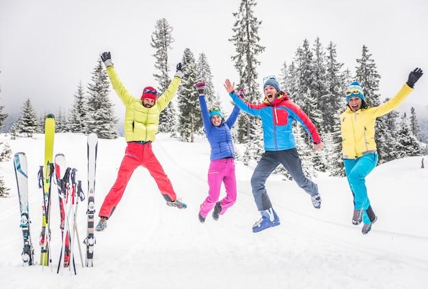 Groupe De Skieurs Sautant Et S'amusant Photo Premium