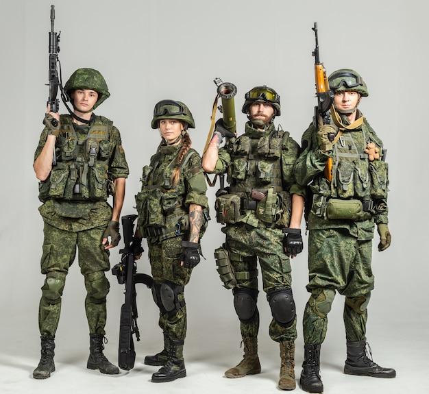 Groupe de soldats russes sur blanc Photo Premium