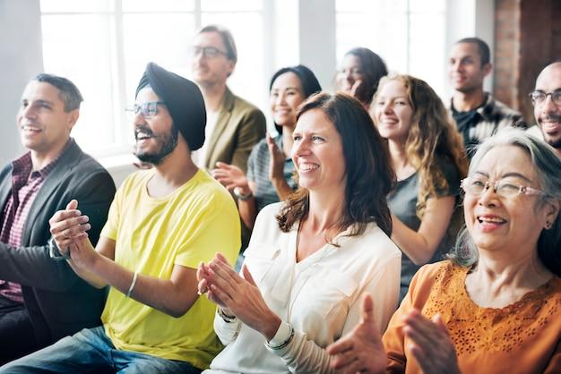 Un groupe de spectateurs diversifié en réunion Photo Premium