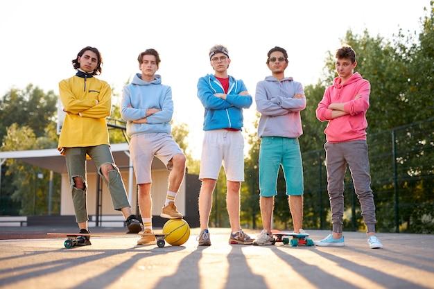 Groupe Sympathique D'adolescents Caucasiens Prêts à Jouer Photo Premium
