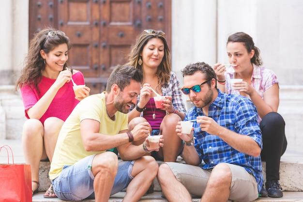 Groupe de touristes mangeant de la gadoue en italie Photo Premium