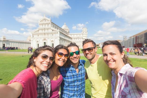 Groupe de touristes prenant un selfie à pise. Photo Premium