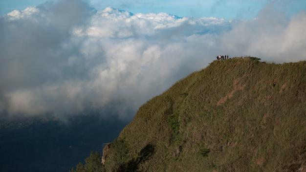 Un Groupe De Touristes Se Promène Dans Les Montagnes. Bali Photo gratuit